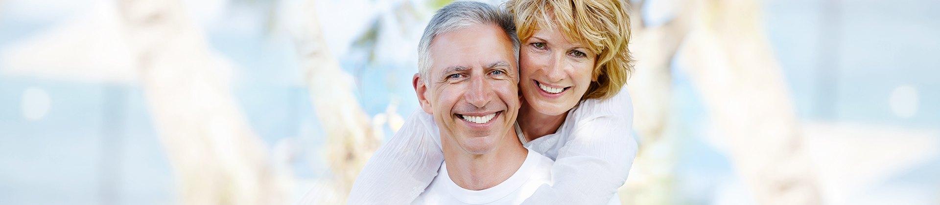 Nunca é tarde, então volte a sorrir. - Clínica especializada em prótese fixa, removível e implante dentário.